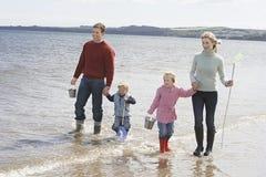 Famille appréciant des vacances sur la plage photographie stock