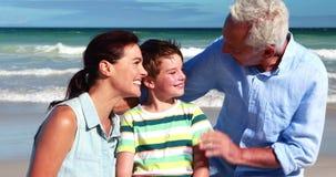 Famille appréciant ensemble à la plage clips vidéos