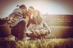 Famille appréciant ensemble en nature Photo libre de droits