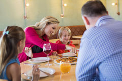 Famille appréciant l'apéritif dans le restaurant Photos stock