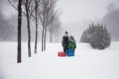 Famille appréciant l'hiver Image libre de droits