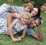 Famille appréciant la durée dans le jardin Photographie stock