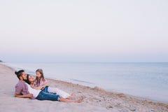 Famille appréciant la vie sur la plage Photos libres de droits