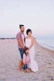Famille appréciant la vie sur la plage Image stock