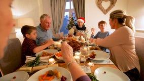 Famille appréciant le dîner de Noël banque de vidéos