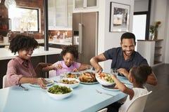 Famille appréciant le repas autour du Tableau à la maison ensemble photographie stock libre de droits