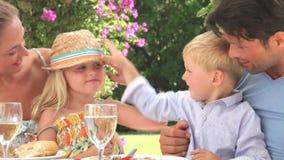 Famille appréciant le repas extérieur ensemble banque de vidéos