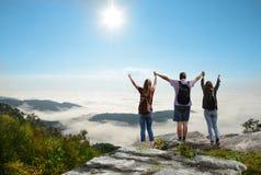 Famille appréciant le temps ensemble en belles montagnes brumeuses au lever de soleil Photos stock
