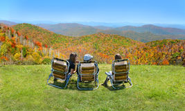 Famille appréciant le temps sur le dessus de la montagne Image libre de droits