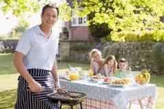 Famille appréciant un barbecue Images libres de droits