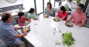 Famille appréciant un dîner de sauté ensemble banque de vidéos