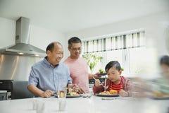 Famille appréciant un sauté ensemble Photo stock