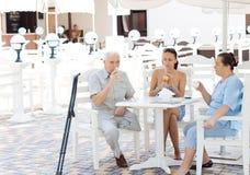 Famille appréciant une boisson ensemble Image libre de droits