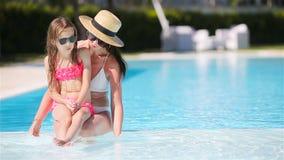 Famille appr?ciant des vacances d'?t? dans la piscine de luxe banque de vidéos