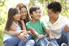 Famille appréciant le jour en stationnement Images libres de droits