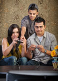 Famille apprenant à jouer des jeux vidéo Photographie stock