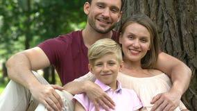 Famille après visite de la clinique, femme attendant le deuxième enfant, criblage de grossesse banque de vidéos
