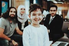 Famille arabe à la réception dans le bureau de psychothérapeute photos libres de droits