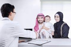 Famille Arabe souriant avec le docteur Photos libres de droits