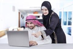 Famille Arabe travaillant ensemble à la maison Image libre de droits