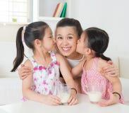 Famille asiatique affectueuse Images libres de droits