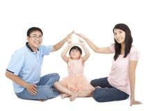Famille asiatique affichant le signe à la maison Photo libre de droits
