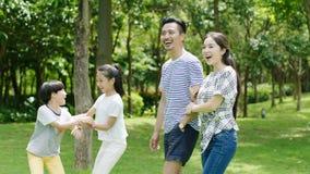 Famille asiatique appréciant le temps de famille en parc en été Photo libre de droits