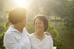 Famille asiatique d'aînés à extérieur Photographie stock