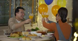 Famille asiatique heureuse appréciant le dîner de Noël ensemble à la maison clips vidéos