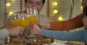 Famille asiatique heureuse appréciant le dîner de Noël ensemble à la maison banque de vidéos