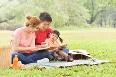 Famille asiatique heureuse ayant l'amusement photo stock