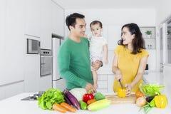 Famille asiatique heureuse faisant cuire dans la cuisine Photo stock
