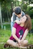 Famille asiatique heureuse, mère avec son fils au parc photos stock