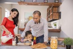 Famille asiatique heureuse prenant le petit déjeuner ensemble Photo stock