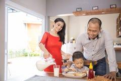 Famille asiatique heureuse prenant le petit déjeuner ensemble Image libre de droits