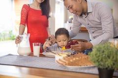 Famille asiatique heureuse prenant le petit déjeuner ensemble Photos libres de droits