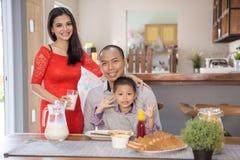 Famille asiatique heureuse prenant le petit déjeuner ensemble Photo libre de droits