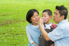 Famille asiatique jouant la baguette magique de bulle Photos libres de droits