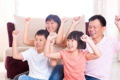 Famille asiatique jouant le jeu à la maison. Photos libres de droits