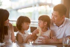 Famille asiatique mangeant le petit déjeuner au café photos stock