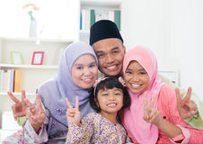 Famille asiatique montrant le signe de main de victoire de v Photographie stock libre de droits