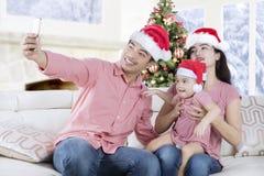 Famille asiatique prenant le selfie au temps de Noël Images libres de droits