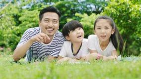 Famille asiatique recherchant Photographie stock libre de droits