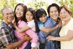 Famille asiatique sur plusieurs générations de portrait en parc Photos stock