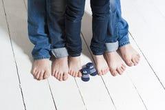 Famille attendant un bébé Photographie stock libre de droits