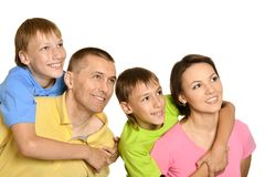 Famille attirante dans le T-shirts lumineux Photos stock