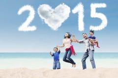 Famille attirante sous le nuage de 2015 Photographie stock libre de droits