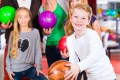 Famille au centre de bowling photo libre de droits
