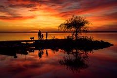 Famille au coucher du soleil photos stock