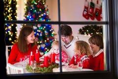 Famille au dîner de Noël à la maison photo stock